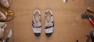 Designer mostra em vídeo o desenvolvimento de um calçado artesanal